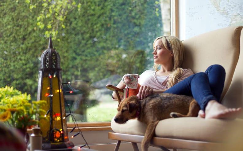 coole wohnideen für moderne wohnzimmereinrichtung kleiner wohnzimmer mit großer verglasung und polstersofa beige und