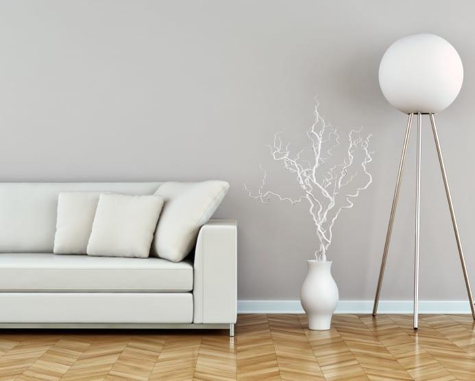 wohnzimmereinrichtung idee mit parkett, polstersofa weiß und moderne dreifuß-stehlampe mit kugelglas