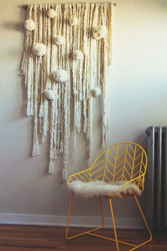 interior design ideen mit wandbehang weiß, metallstuhl gelb und heizkörper grau