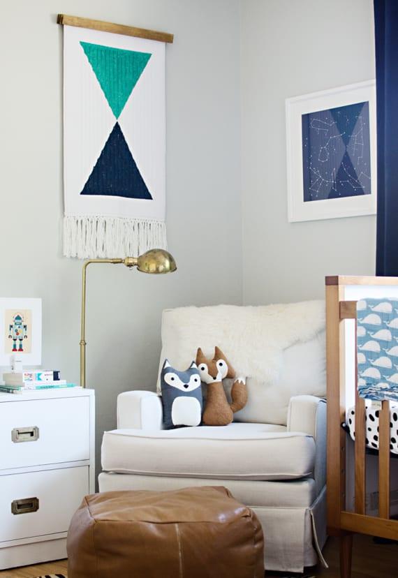 wandgestaltung idee in blau für babyzimmer mit wandfarbe und sessel weiß, polsterhocker aus leder, blauen gardienen und gitterbett aus holz