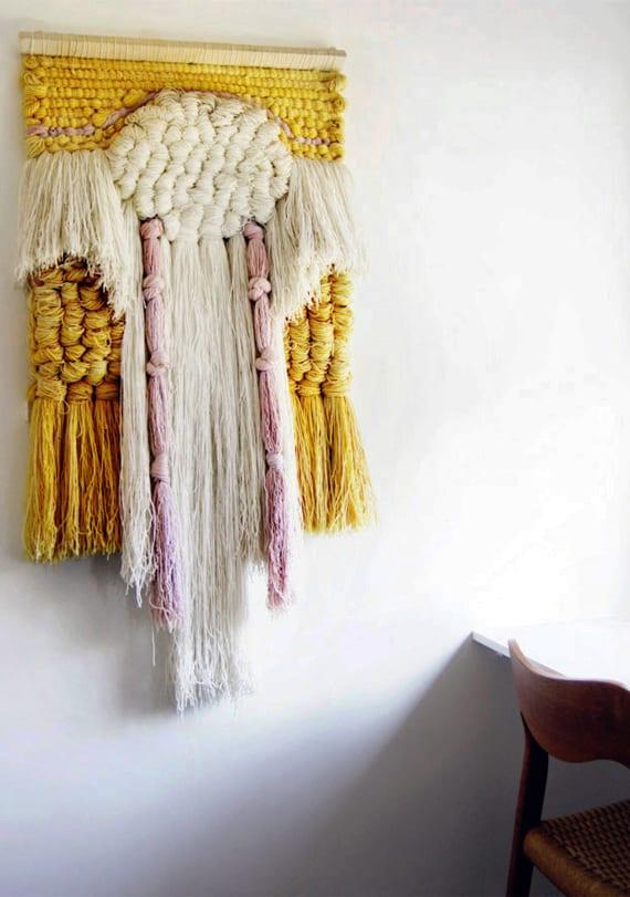 Wandbehang-Deko-selber-machen-und-weiße-wand-dekorieren-mit-diy-wanddeko-in-gelb