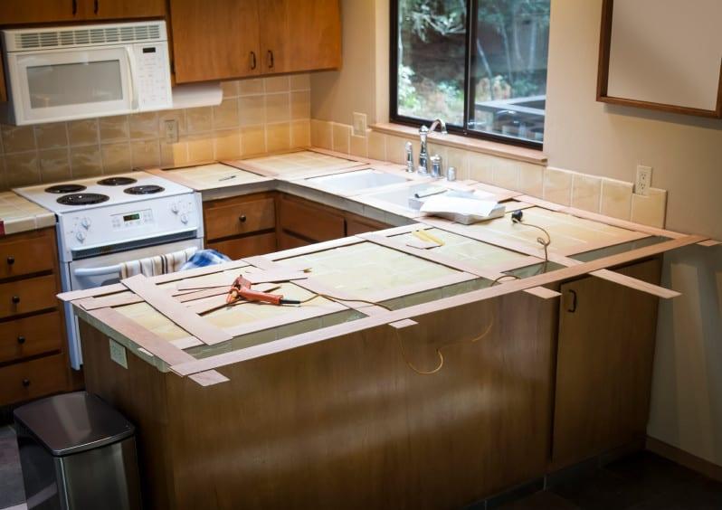 küchenarbeitsplatte erneuern und alte küche verschönern_küche mit holzküchenschränken und u-förmige küchenarbeitsplatte