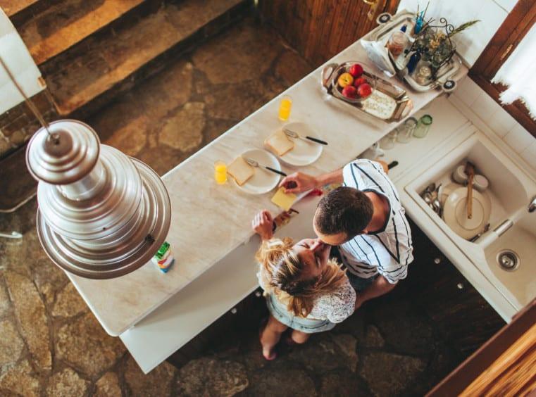 kleine küche mit steinbodenbelag und bar mit marmorplatte weiß