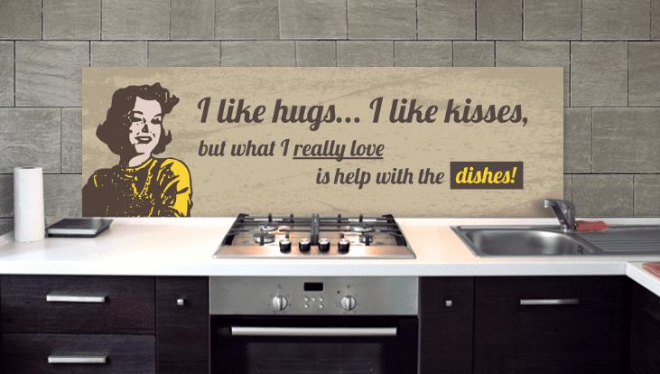 küche einrichten mit küchenschränken aus dunklem holz und weißer küchenarbeitsplatte mit bedrucktem küchenrückwand
