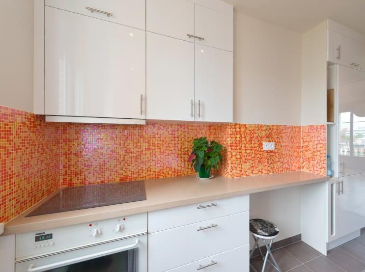 kleine moderne küche weiß mit küchenrückwand in orange aus mosaik