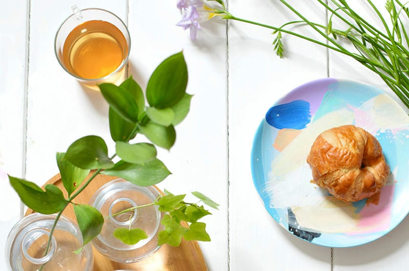 beispiele für bemaltes geschirr set aus keramik und für coole tischdeko mit glasvasen und schneidebrett zum frühstück