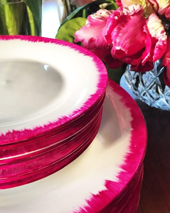 originelle geschenkideen zum selber machen für muttertag_tafelservice weiß mit pink rändern zum edlen tisch decken