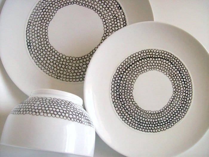 der gedeckte tisch mit geschirr weiß_tafelservice mit schwarzen kreisen gestalten als kreative Geschenkidee