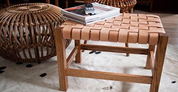 kreative einrichtung wohnzimmer mit kuhfell teppich und DIY hocker mit Ledersitz