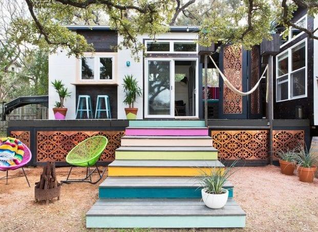kreatives gartendesign mit bunt gestrichener holzgartentreppe