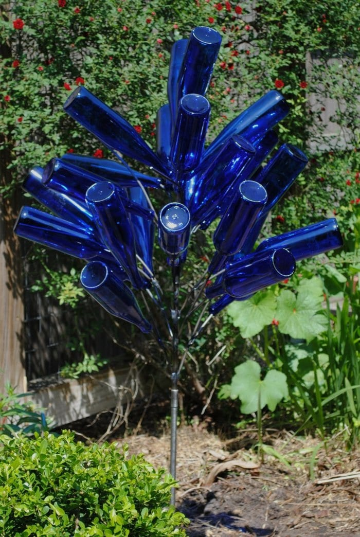 dekoideen für garten mit diy gartendeko aus blauen glasflaschen