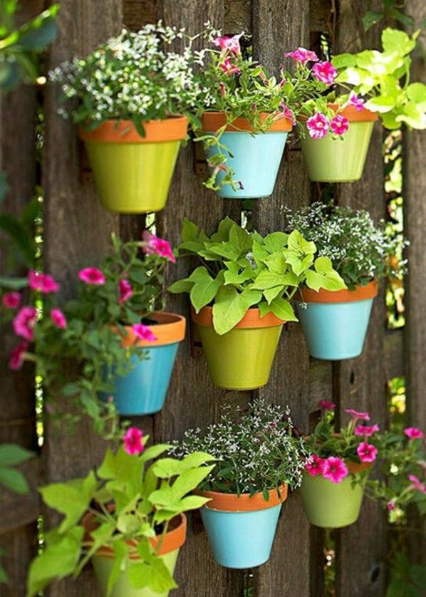 Gartenmauer Dekorieren Mit Bunten Blumentöpfen