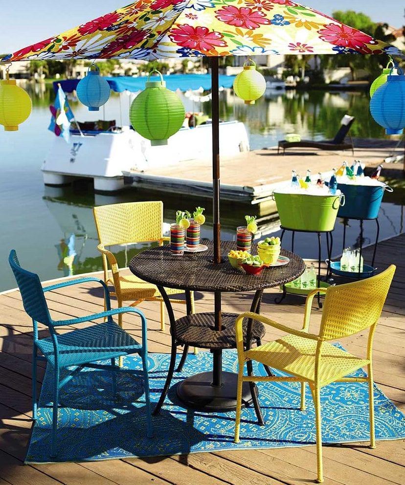 farbige gartenmöbel und gartenleuchten für bunte gartengestaltung_gartenstühle in blau und gelb für den essbereich im garten
