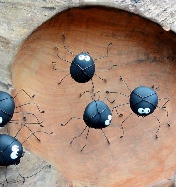 coole bastelidee für gartengestaltung mit diy spinnen aus schwarzen steinen und metalldraht als gartendeko idee