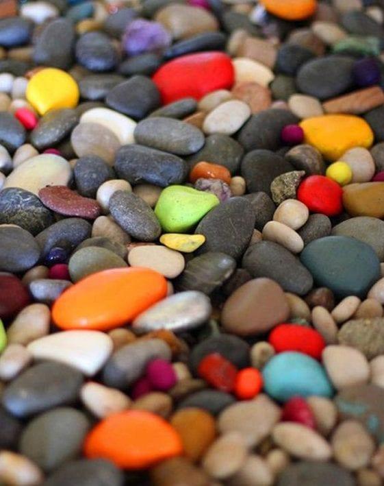 kreative gartengestaltung mit kies und farbigen Steinen