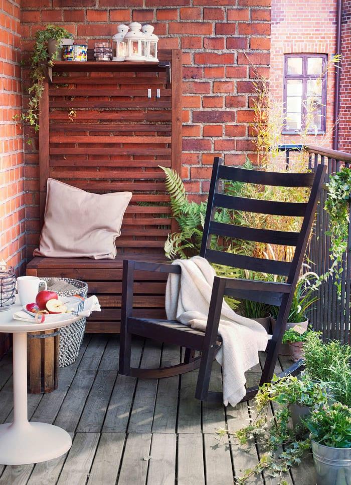 balkon ideen für balkon sitzecke mit Gartenbank und schaukelstuhl
