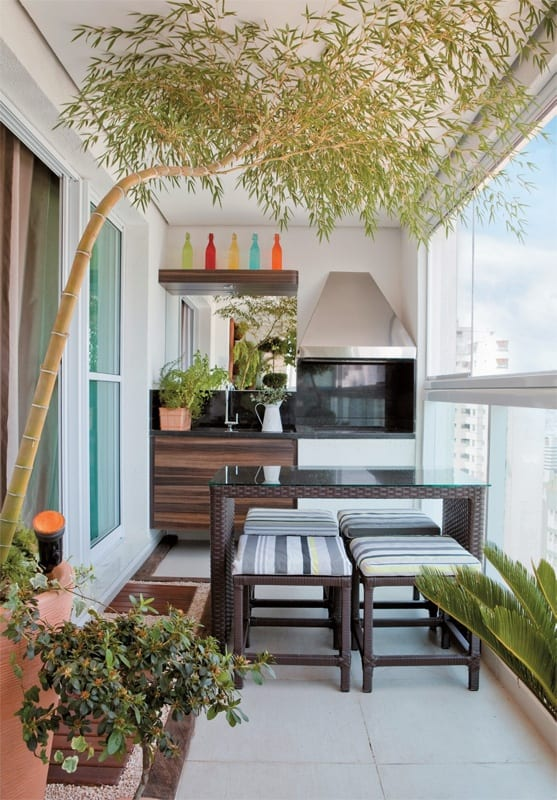 ideen für balkon gestalten als wintergarten und kleines esszimmer mit rattan-esstisch und Küchenzeile
