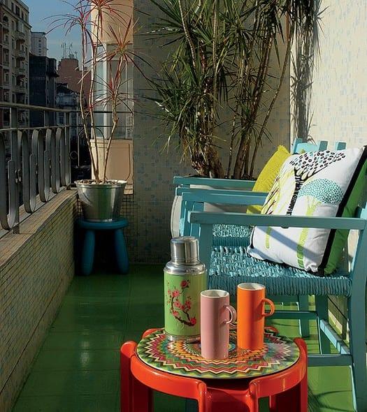 kleiner Balkon verschönern mit mosaik und farbigen Gartenmöbeln mit bunten kissen