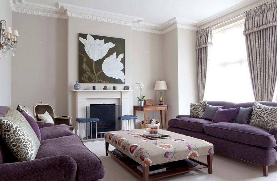 wohnzimmer interieur design in lila und grau mit Sofa-Set, gepolsterten holzcoutisch und schwartem Bild über dem kamin