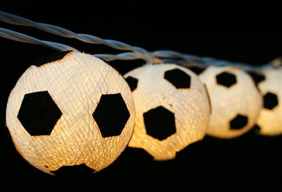 fußballdekoration mit lichterkette als idee für garten- und grillpartys zur fußball em