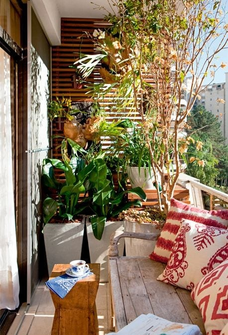 balkon gestalten mit holzlattenwand für blumentöpfe, rustikalem holzgartenbank, weißen blumentöpfen und kleinem Holztisch