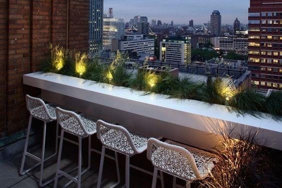 balkon design mit weißem Bar und modernen Barhockern weiß als balkon gestaltungsidee