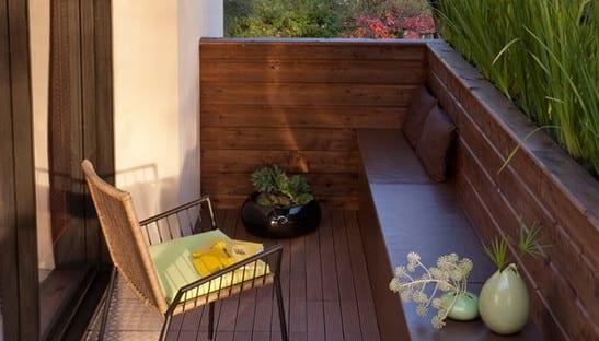 ideen für balkon sitzecke mit holzbank und holzgeländer als Rückenlehne