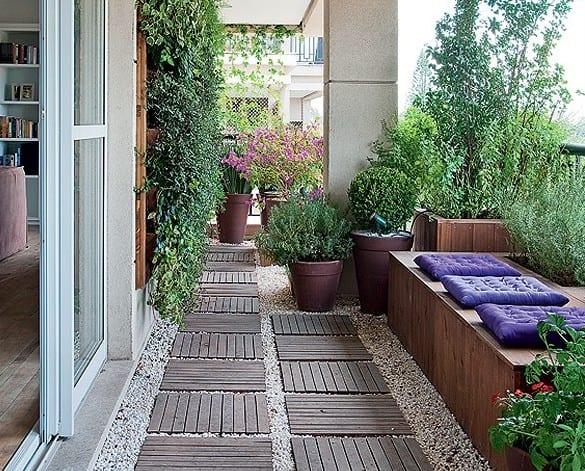 interessante balkon ideen mit kies und holzplatten_balkon schön gestalten mit holzblumenkisten als sitzbank mit lilafarbigen sitzkissen und vertikaler garten als balkon deko idee