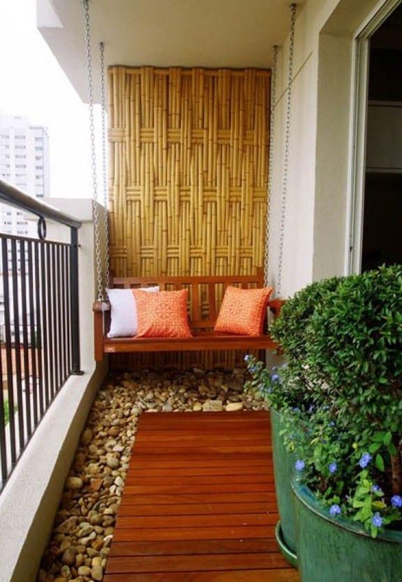 coole ideen für kleine balkone mit schaukelbank, bambus und runden blumentöpfe grün