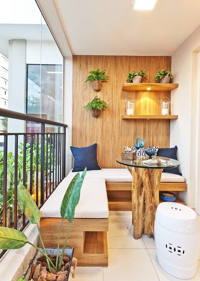 balkon ideen für moderne balkongestaltung mit holz_balkon einrichten mit holzbank, rundem kaffeetisch holz und wandgestaltung mit holzverkleidung und holzwandregalen