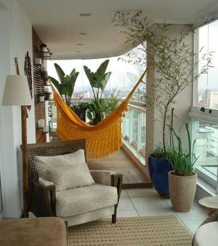 balkon design mit holzbodenbelag, verglasung, holzwandpaneel und bambus-stehlampe