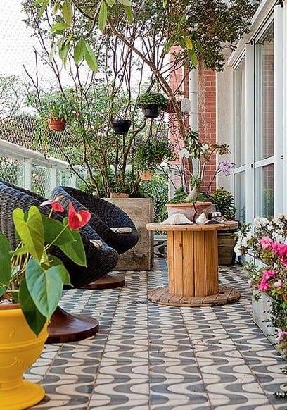 balkon deko ideen und balkon gestaltungsideen mit drehbaren sesseln schwarz, diy kaffeetisch rund und blumentopf gelb