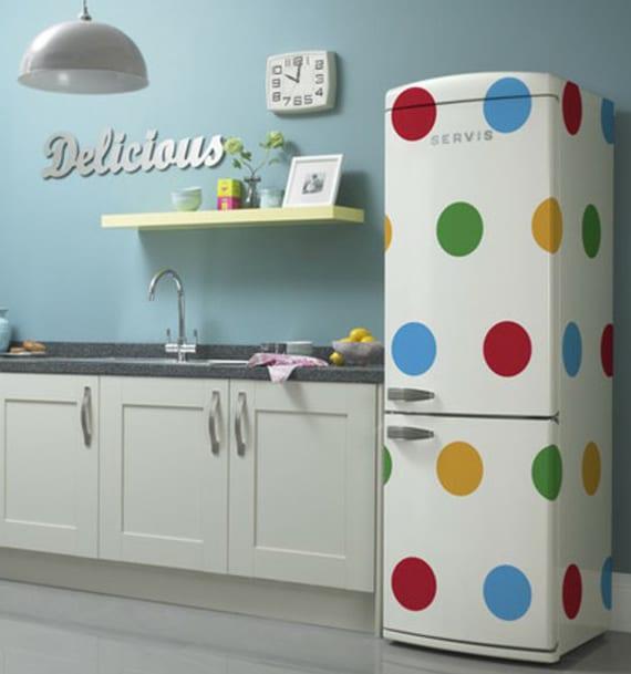 die küche mit wandfarbe blau, küchenschränken weiß und retro kühlschrank weiß mit bunten punkten