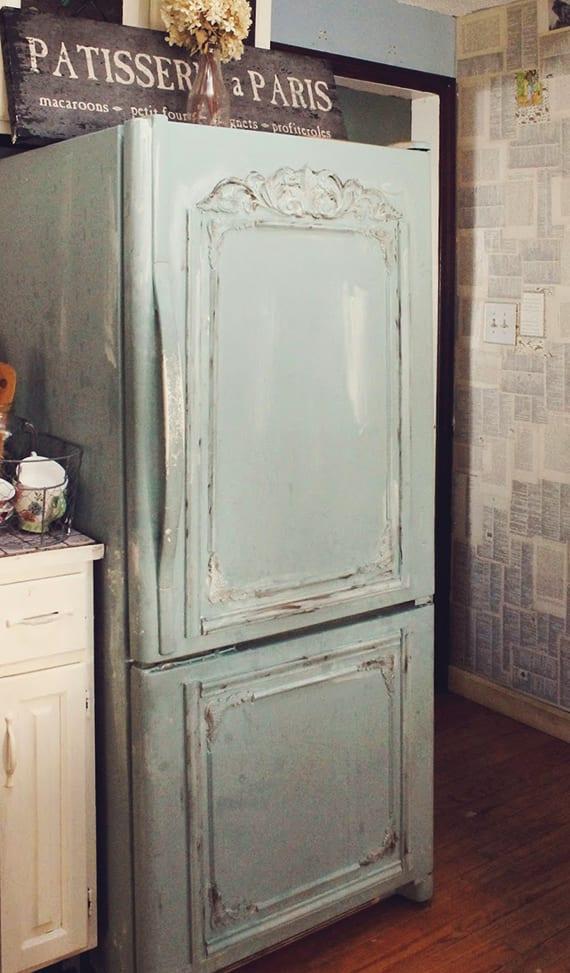 gestaltungsideen für küchengestaltung im retrostil mit retro-kühlschrank und wandverkleidung mit bücherseiten