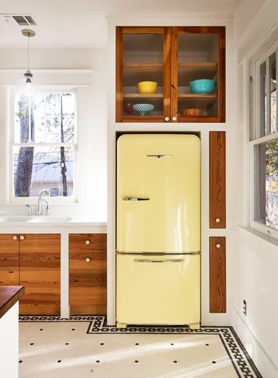 toole küchenausstattung mit retro kühlschrank in hellgelb und eingebauten küchenschränken mit holzschranktüren als idee für moderne küchengestaltung in weiß und holz