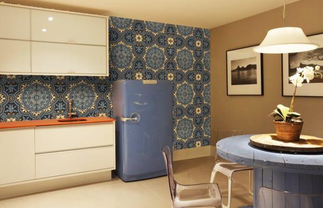die küche in retrostil mit retro kühlschrank blau_kleine küche modern gestalten mit weißen küchenschränken, diy esstisch rund in blau und blauer tappete mit muster