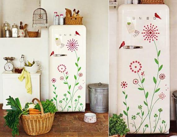 die küche in retrostil mit weißem smeg kühlschrank mit blumen-wandtattoo