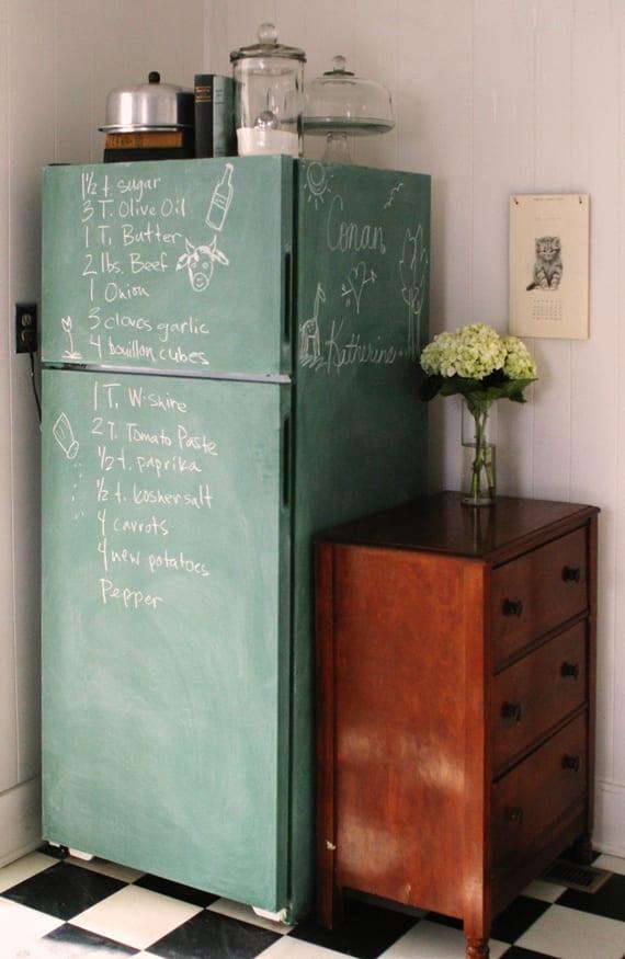 alter kühlschrank mit kreidefarbe streichen_tolle idee für küche renovieren und diy retro kühlschrank