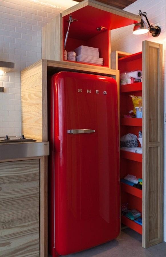 retro kühlschrank rot für die küche aus holz mit modernen küchenschränken in holz und rot