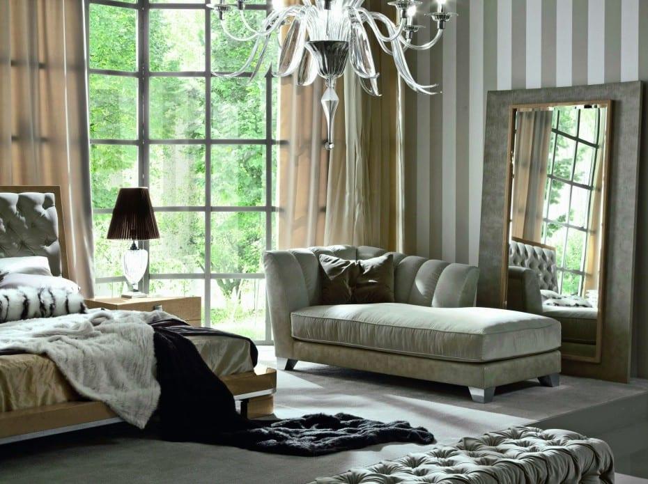 modernes schlafzimmer mit Liegebett grau vor großem Spiegel und mit streifen gemusterter Tapete
