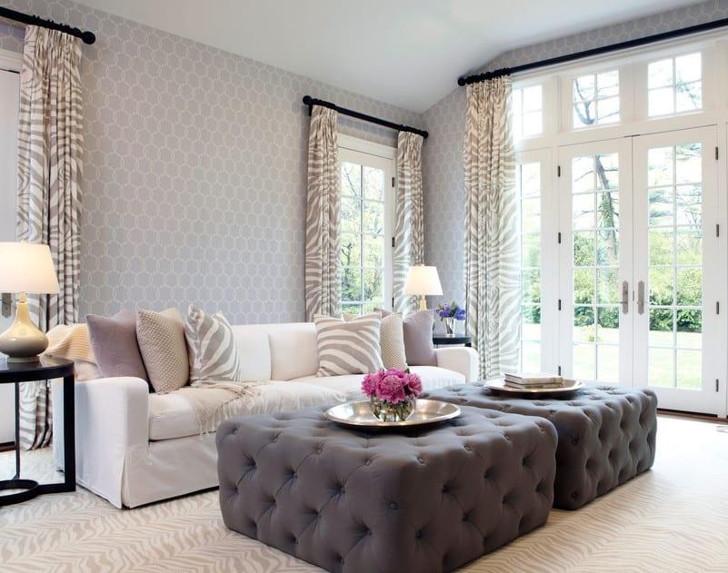 ideen für wohnzimmer design und gestaltung in weiß und grau mit grauen kaffeetisch-ottomanen und zebra gemusterte gardienen und teppich