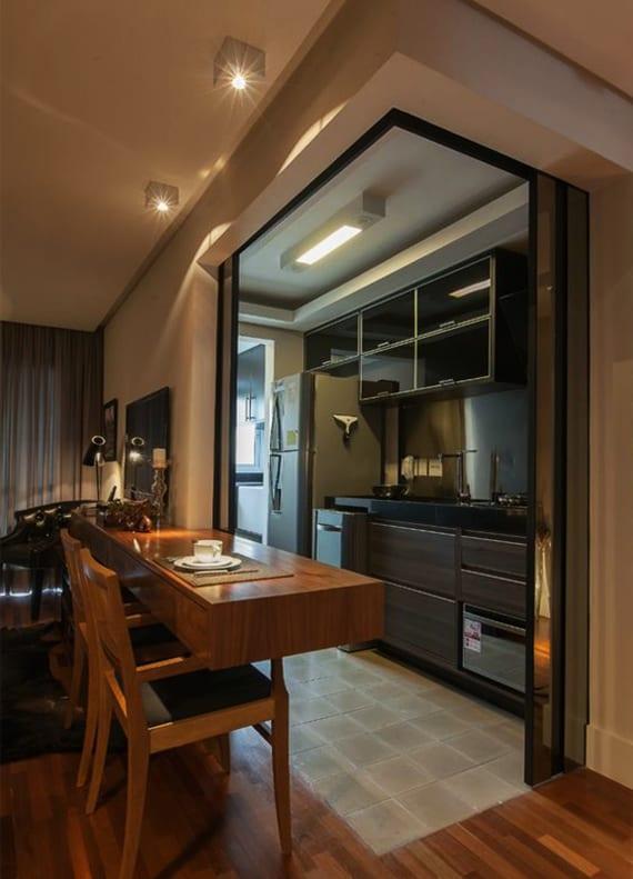wohn-esszimmer mit wandhängendm regal-Esstisch aus holz als coole einrichtungsidee für wohnküchen in kleinen wohnungen