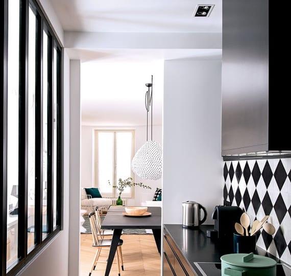 kücheen aktuel einrichten und gestalten in schwarzweiß mit schwarzen küchenschränken und küchenrückwand aus wandfliesen in Karo-Muster