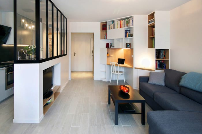 kleines wohnzimmer mit küche modern einrichten mit ecksofa grau, eckschrank mit eckschreibtisch und trennwand mit verglasung und wandnische für tv-gerät