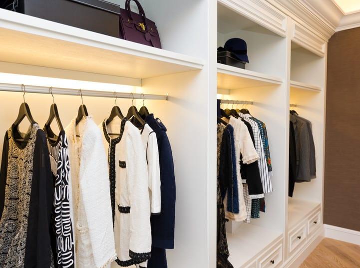 schlafzimmer ideen für beleuchtung vom begehbarem kleiderschrank weiß mit einbauunterschrankleuchten