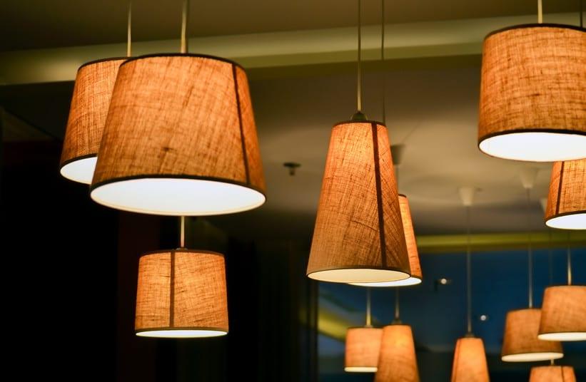 schlafzimmer ideen für schlafzimmer beleuchtung mit pendellampen und dezenter raumbeleuchtung mit warmem licht durch passende lampenschirme