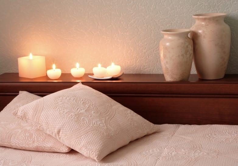 schlafzimmer ideen für gemütliche schlafzimmer deko mit kerzen und vasen auf einem holzbettkopfteil