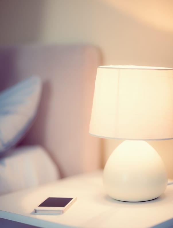 schlafzimmer ideen für romantisches licht- und raumgestaltung mit kleinen nachttischlampen weiß_ein romantisches schlafzimmer gestalten in weiß