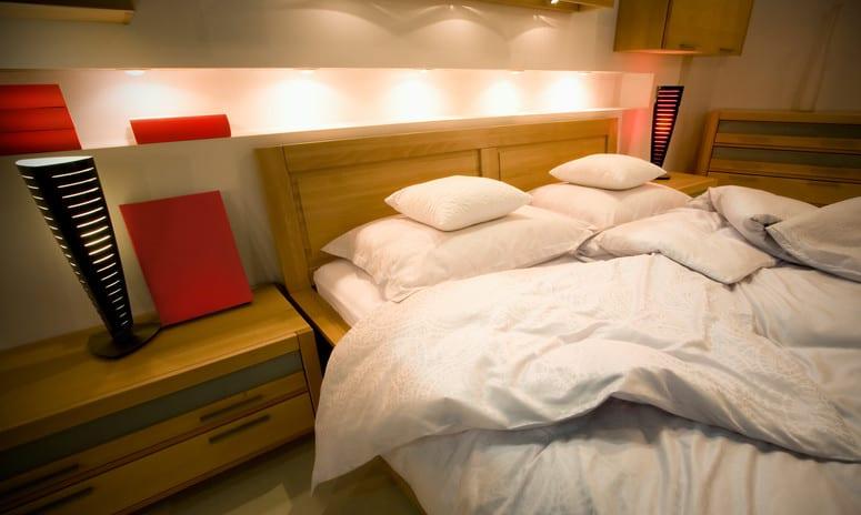 wandgestaltung mit licht als idee für schlafzimmer beleuchtung mit einbauleuchten in wandnische über bettkopfteil