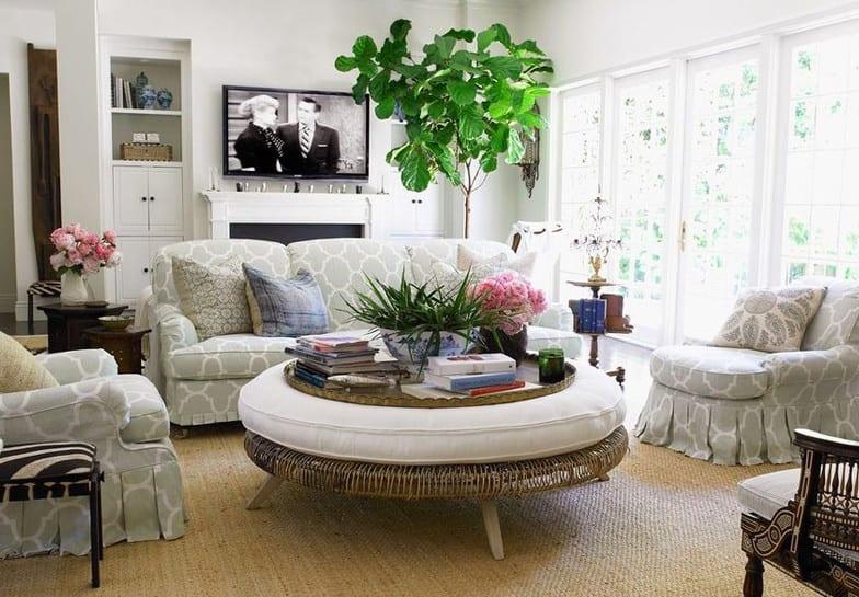 kleine wohnzimmer ideen für helle raumgestaltung in weiß und grau mit wandnischen, kamin und runder ottomane